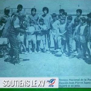 Jean Pierre Juanchich enseñándole rugby a pequeños futbolistas en Antofagasta